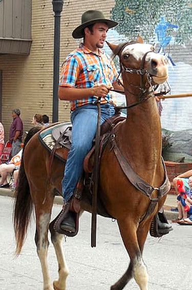 hombre en caballo en un tope