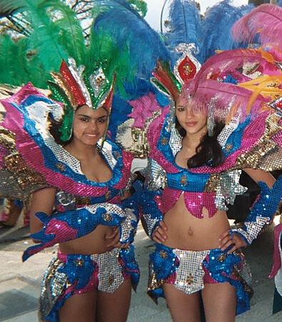 Mujeres con traje de carnaval en Costa Rica