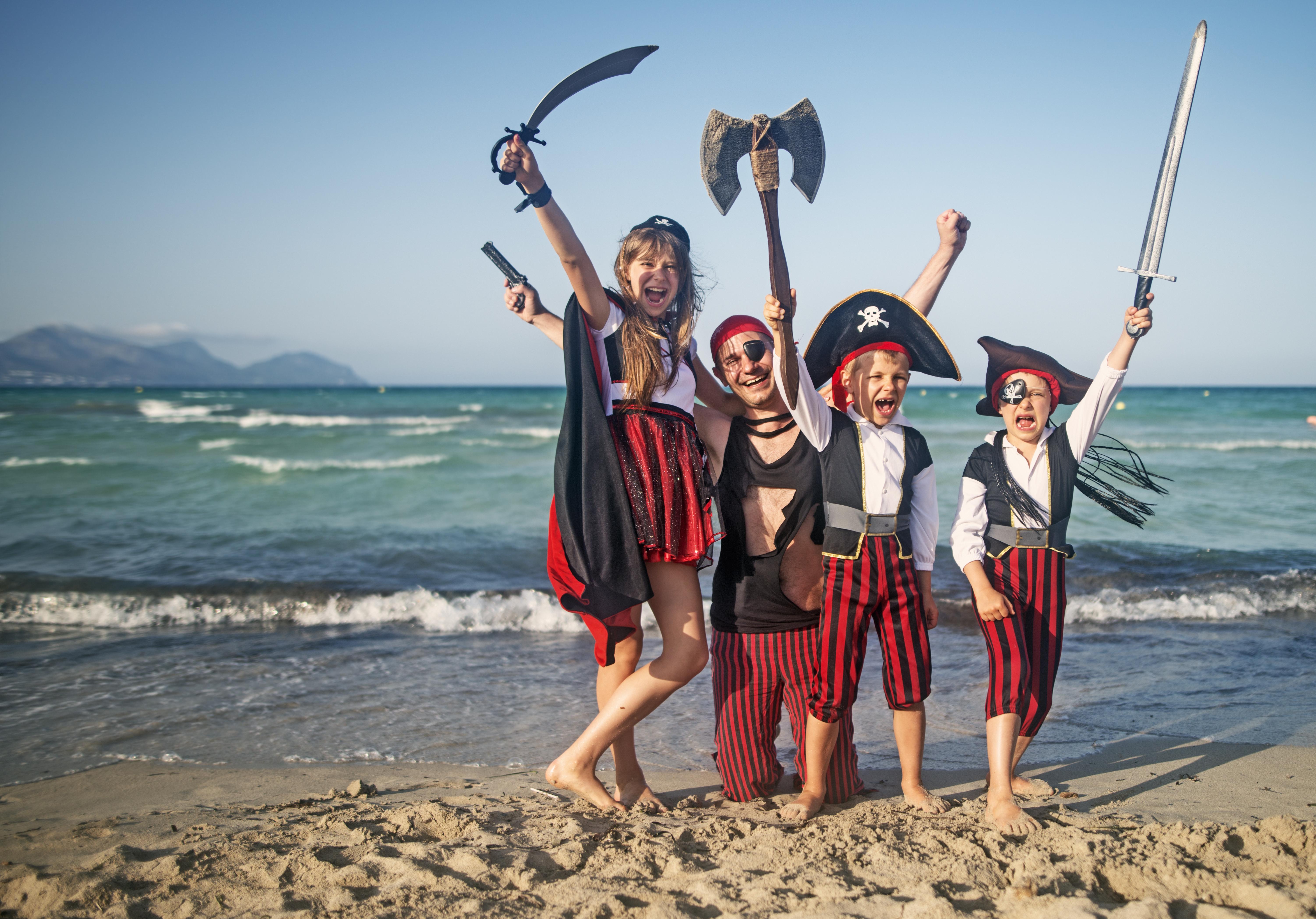 familia pirata en la playa